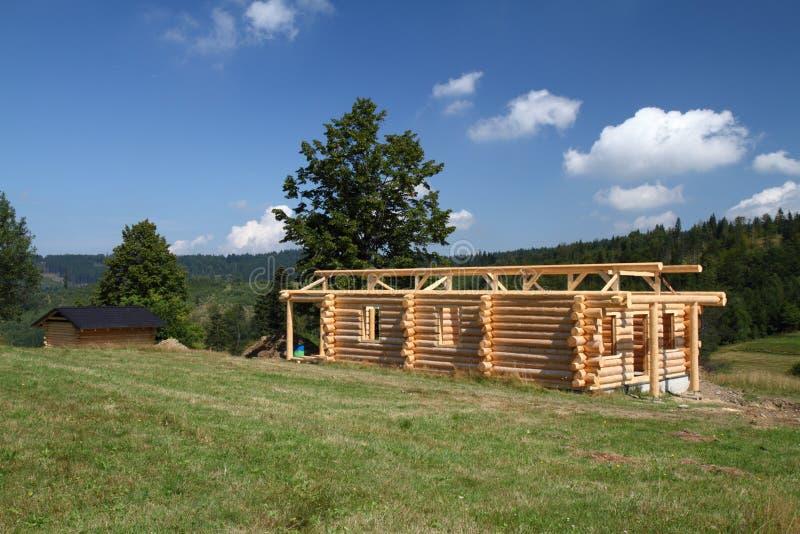 Χτίζοντας ξύλινο εξοχικό σπίτι στοκ εικόνα με δικαίωμα ελεύθερης χρήσης
