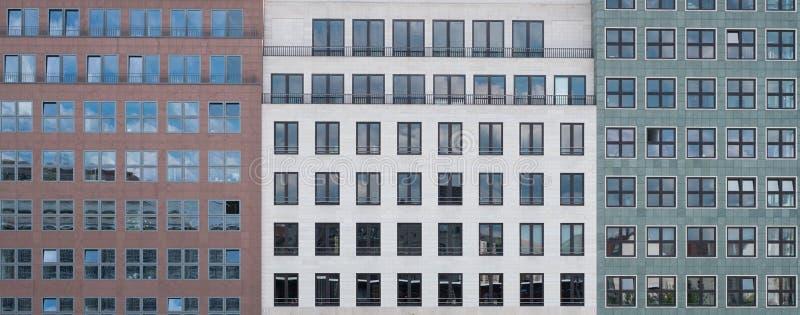 Χτίζοντας την μπροστινή άποψη προσόψεων - εξωτερικό αρχιτεκτονικής στοκ εικόνες