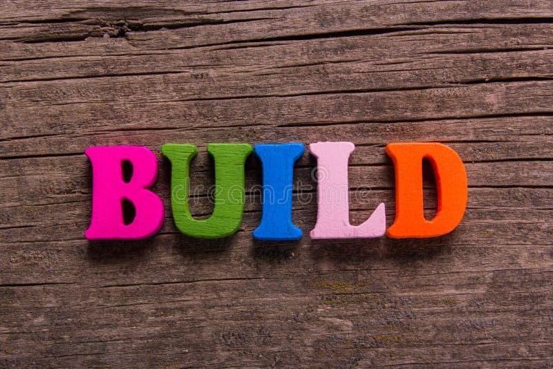 Χτίστε τη λέξη φιαγμένη από ξύλινες επιστολές στοκ φωτογραφία