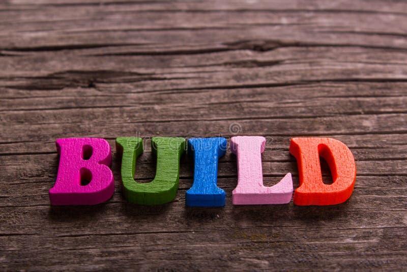 Χτίστε τη λέξη φιαγμένη από ξύλινες επιστολές στοκ εικόνα