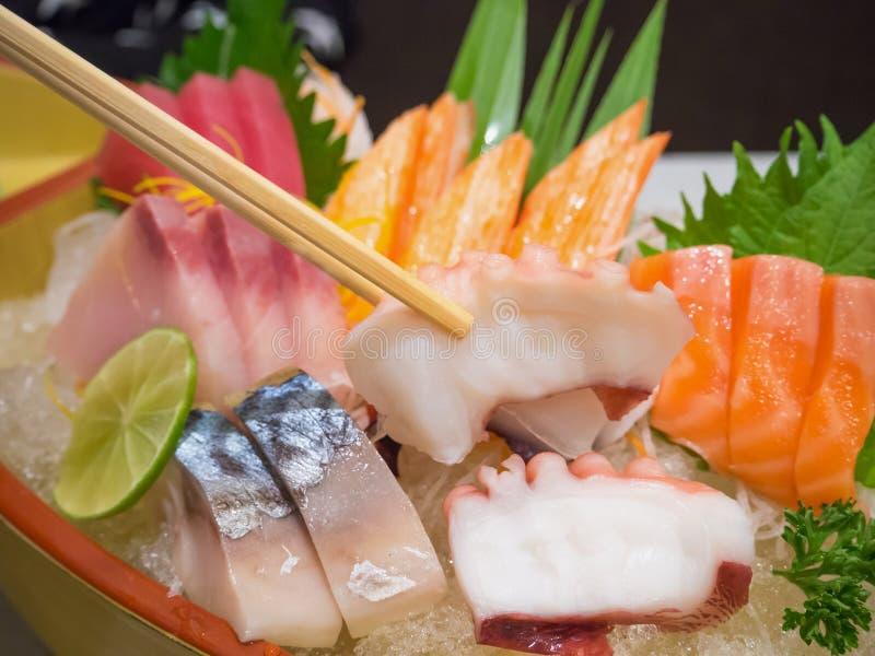 Χταπόδι chopsticks με το ιαπωνικό sashimi σύνολο στοκ φωτογραφία με δικαίωμα ελεύθερης χρήσης