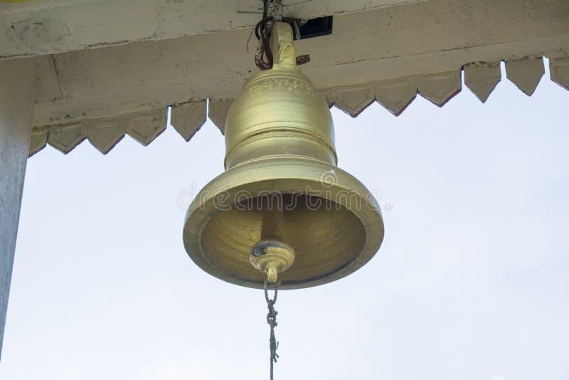 Χτυπώντας κουδούνι στο βουδιστικό ναό στοκ εικόνες