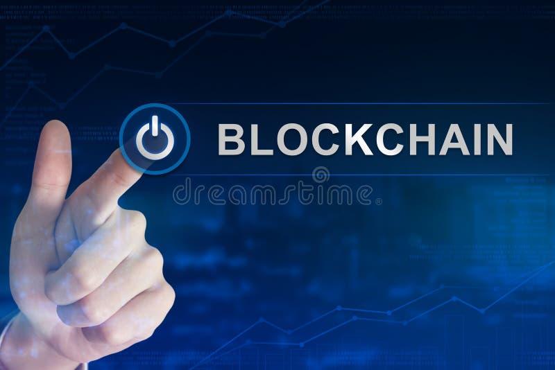 Χτυπώντας blockchain κουμπί επιχειρησιακών χεριών στοκ φωτογραφία με δικαίωμα ελεύθερης χρήσης