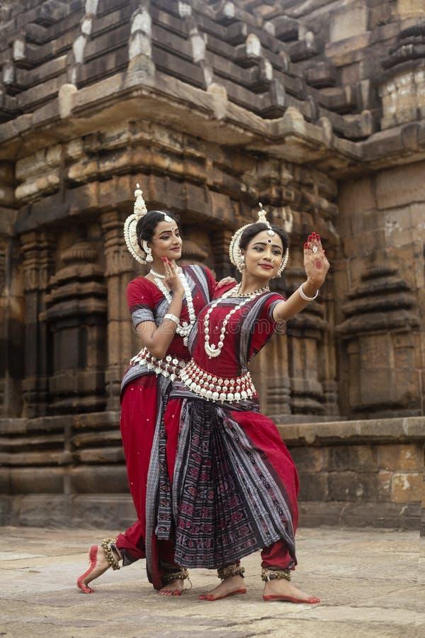Χτύπημα δύο το ινδικό κλασσικό χορευτών odissi θέτει μπροστά από το ναό Mukteshvara, Bhubaneswar, Odisha, Ινδία στοκ φωτογραφία