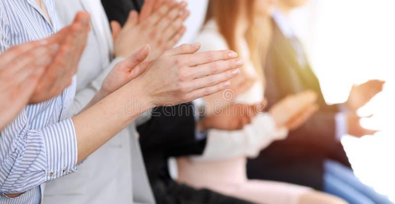 Χτύπημα και επιδοκιμασία επιχειρηματιών στη συνεδρίαση ή τη διάσκεψη, κινηματογράφηση σε πρώτο πλάνο των χεριών Ομάδα άγνωστων επ στοκ φωτογραφία με δικαίωμα ελεύθερης χρήσης