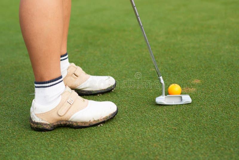 Χτύπημα της σφαίρας γκολφ στοκ φωτογραφίες