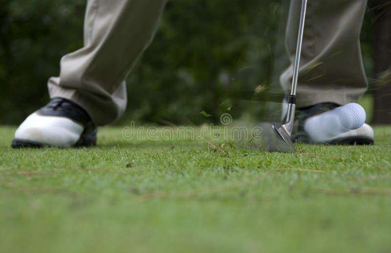Χτύπημα της σφαίρας γκολφ στοκ εικόνες με δικαίωμα ελεύθερης χρήσης
