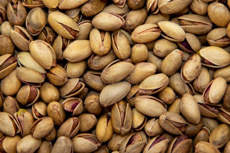 Χυδαία διεσπαρμένα καρύδια φυστικιών, που ψήνονται και που αλατίζονται στοκ εικόνες