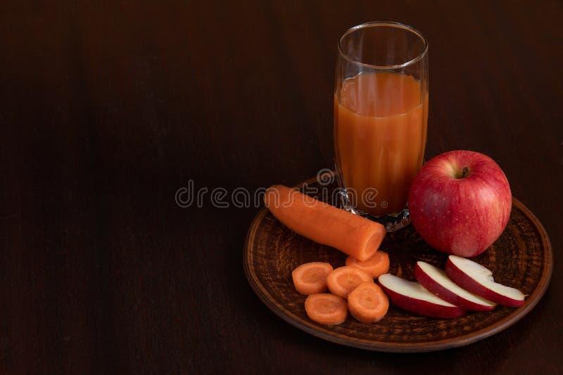 Χυμός βιταμινών από τα καρότα και τα μήλα στοκ εικόνες