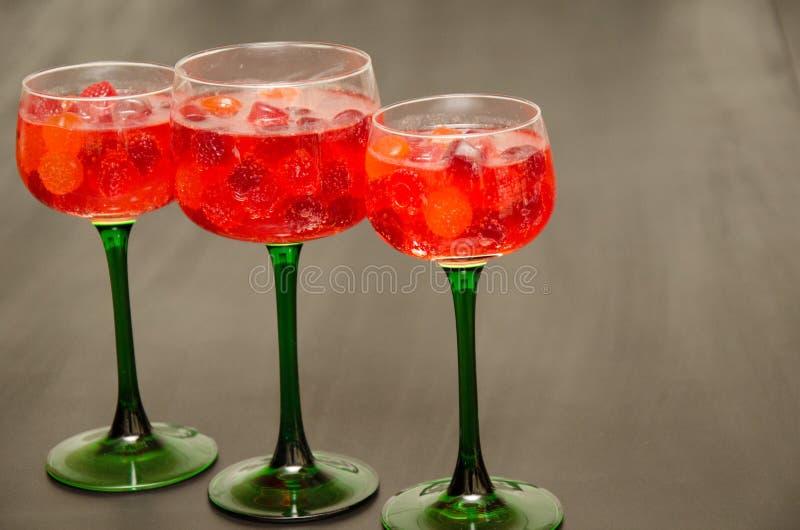 Χυμός και γεμισμένα καραμέλα γυαλιά κρασιού στοκ φωτογραφίες