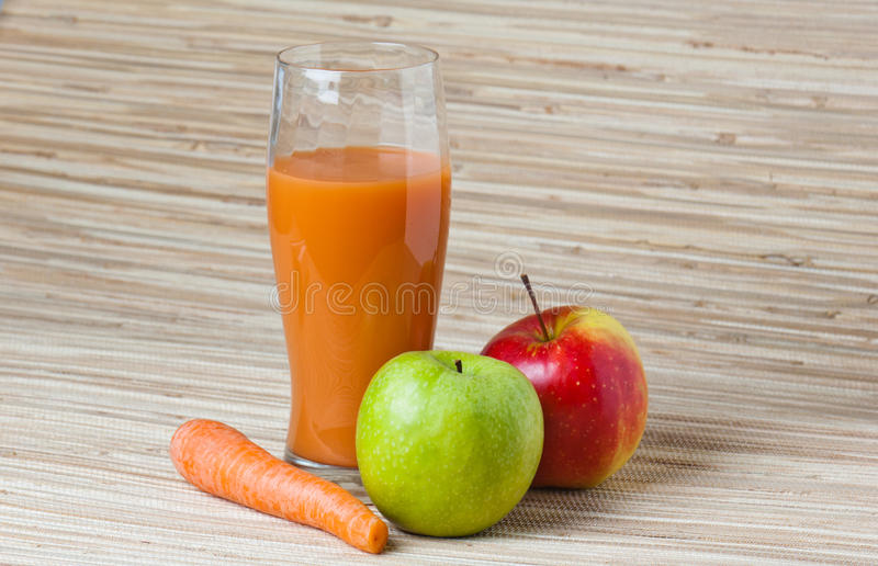 χυμός καρότων μήλων στοκ φωτογραφία με δικαίωμα ελεύθερης χρήσης