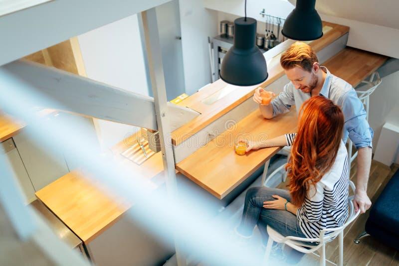 Χυμός κατανάλωσης ζεύγους στην όμορφη κουζίνα στοκ φωτογραφίες με δικαίωμα ελεύθερης χρήσης