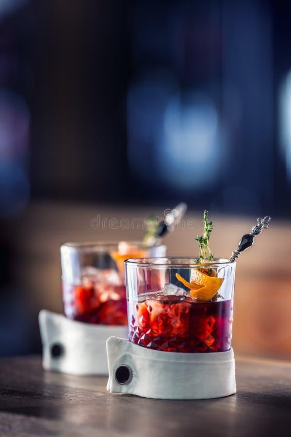 Χυμός κοκτέιλ με τα φρούτα πάγου και τη διακόσμηση χορταριών Οινοπνευματώδες, μη οινοπνευματούχο ποτό-ποτό στο μετρητή φραγμών στ στοκ εικόνα με δικαίωμα ελεύθερης χρήσης