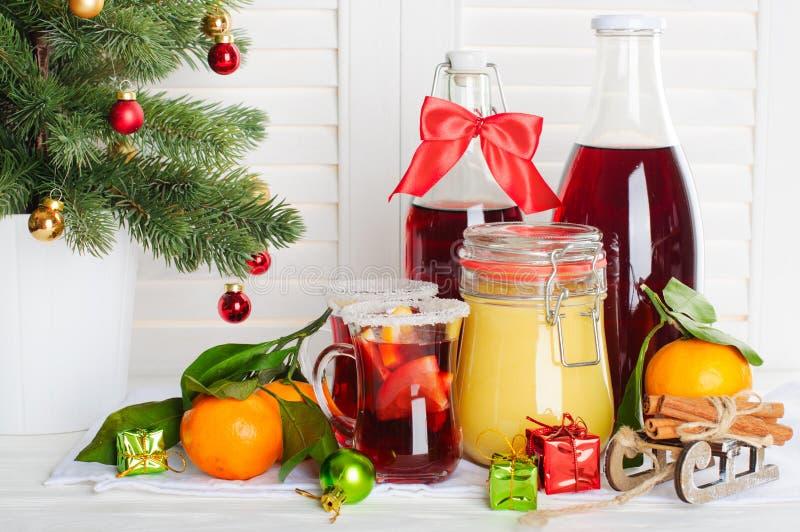 Χυμός, μέλι, μανταρίνια και χριστουγεννιάτικο δέντρο των βακκίνιων στοκ φωτογραφίες με δικαίωμα ελεύθερης χρήσης