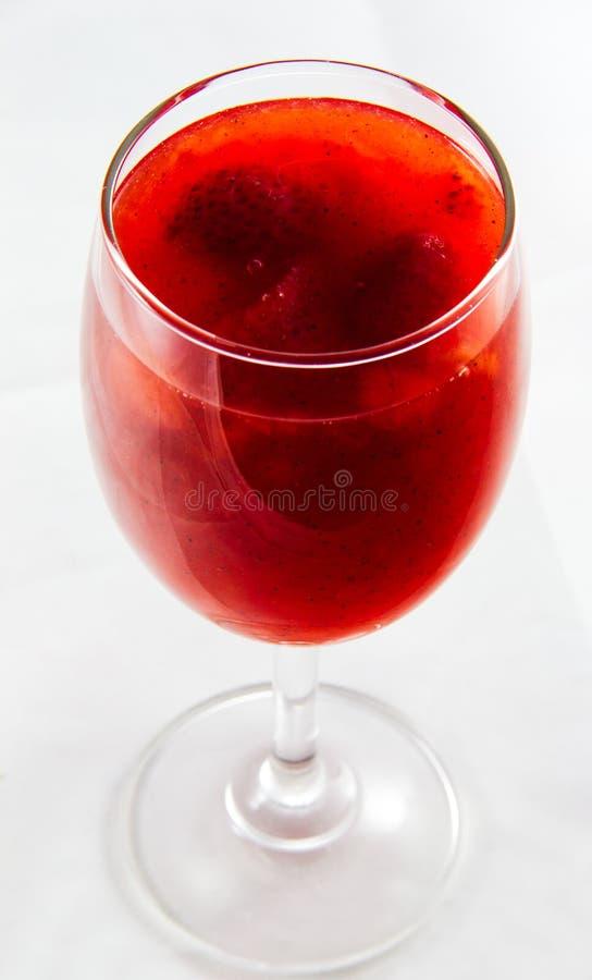 Χυμός φραουλών στις χλόες κρασιού στοκ εικόνες