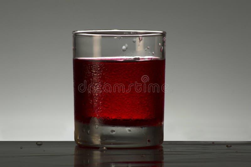 Χυμός φραουλών σε ένα γυαλί στοκ εικόνες με δικαίωμα ελεύθερης χρήσης