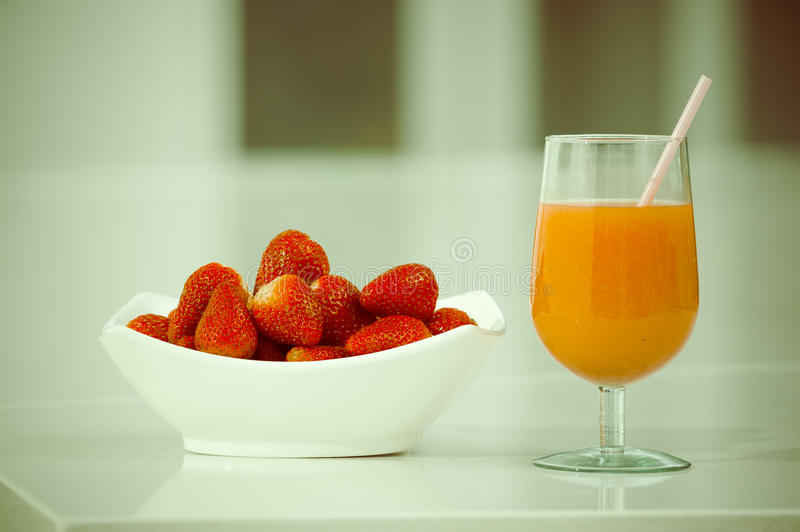 Χυμός φραουλών Delicous σε ένα γυαλί και φρέσκος στοκ φωτογραφίες