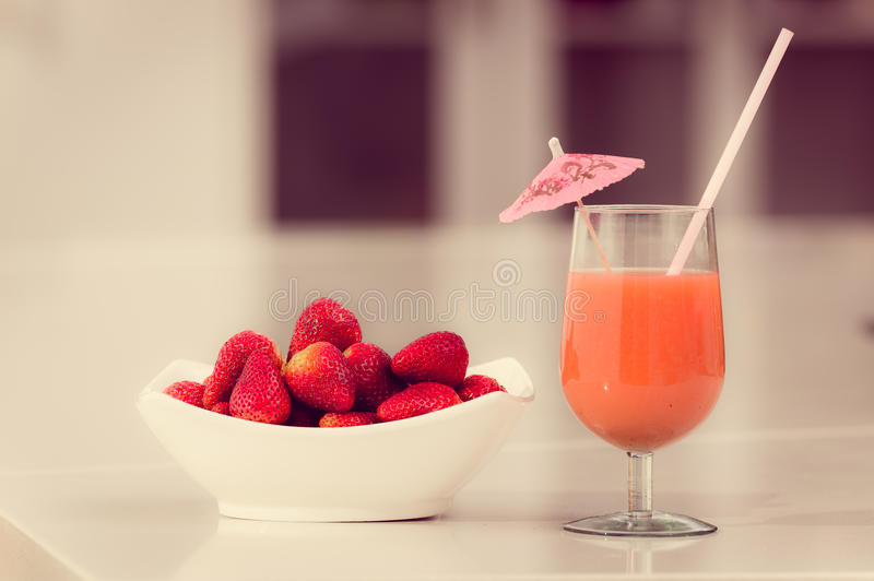 Χυμός φραουλών Delicous σε ένα γυαλί και φρέσκος στοκ εικόνα