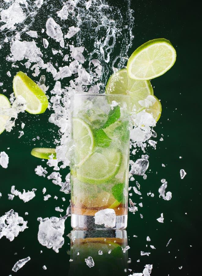 Χυμός mojito με τον υγρό παφλασμό και συντριμμένος πάγος στην κίνηση παγώματος στοκ εικόνα
