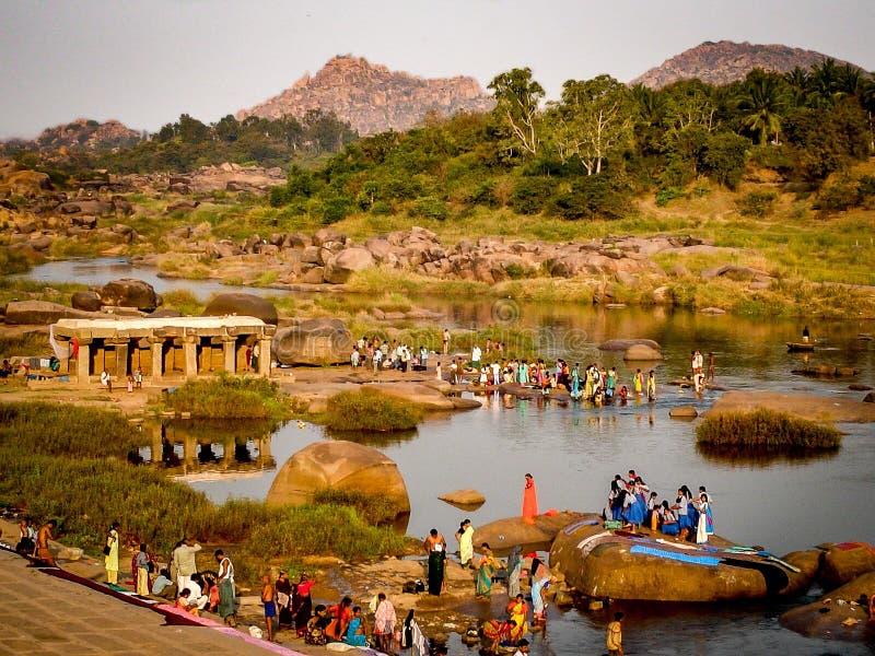 Χωρικοί που πλένουν στον ποταμό στοκ φωτογραφία