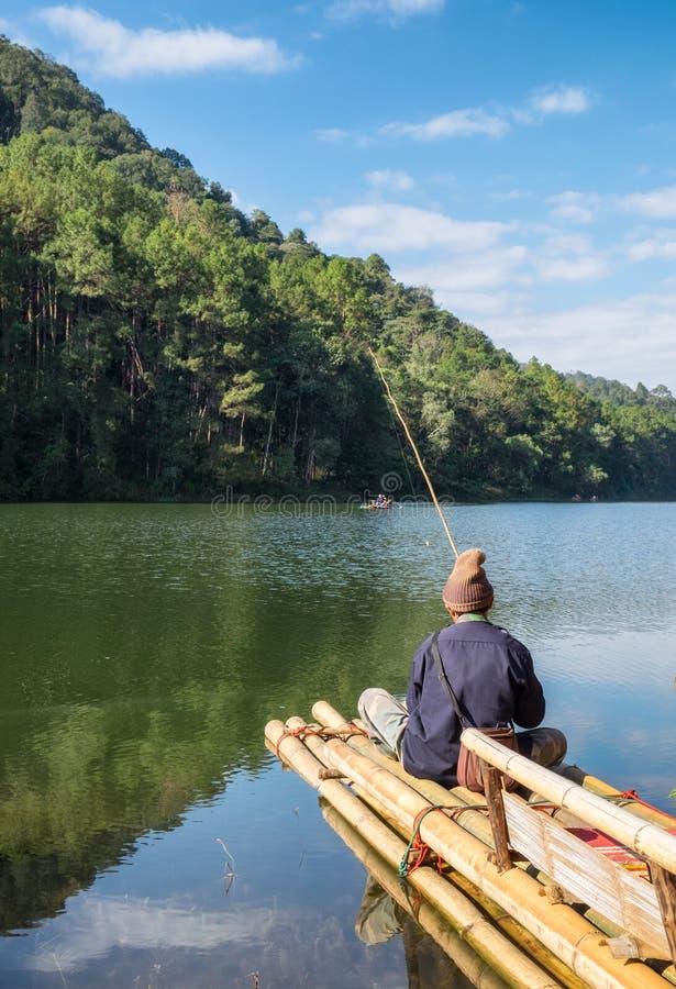 Χωρικός που αλιεύει στη δεξαμενή σε ηλιόλουστο στην πόνο oung στοκ εικόνα με δικαίωμα ελεύθερης χρήσης
