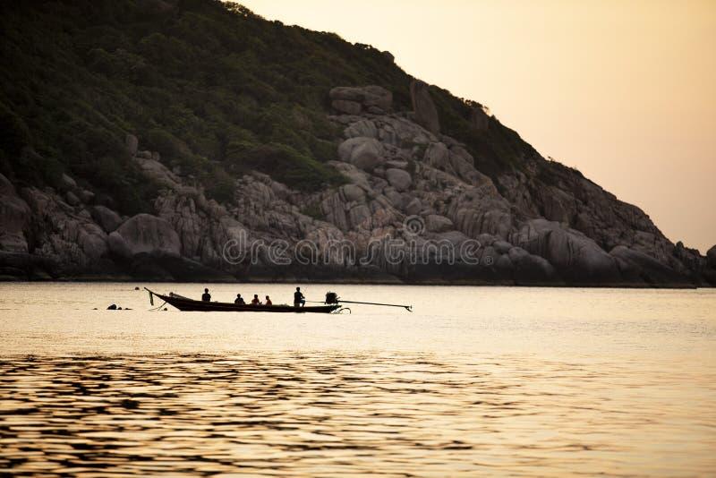 Χωρικός που αλιεύει στο μακρύ koh βαρκών ουρών tao νότιο της Ταϊλάνδης στοκ εικόνες