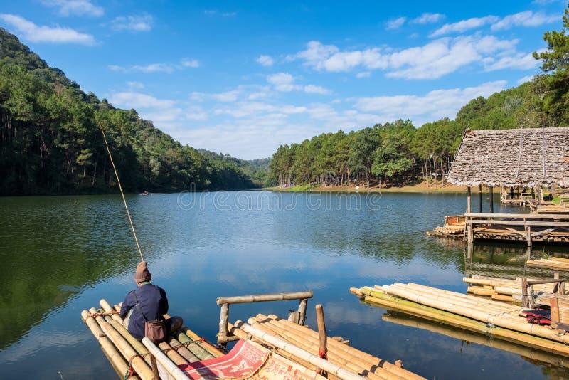 Χωρικός που αλιεύει στη δεξαμενή σε ηλιόλουστο στην πόνο oung στοκ φωτογραφία με δικαίωμα ελεύθερης χρήσης