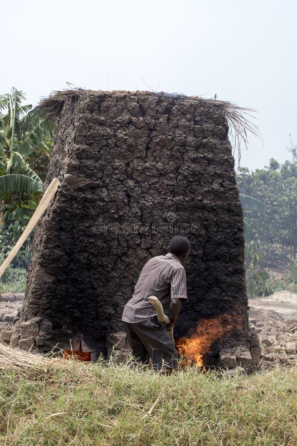 Χωρικός που κατασκευάζει τα τούβλα λάσπης, Ουγκάντα, Αφρική στοκ φωτογραφίες