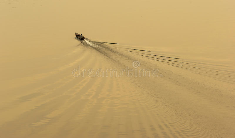 Χωρικός που πλέει το παραδοσιακό Rowboat στοκ εικόνες