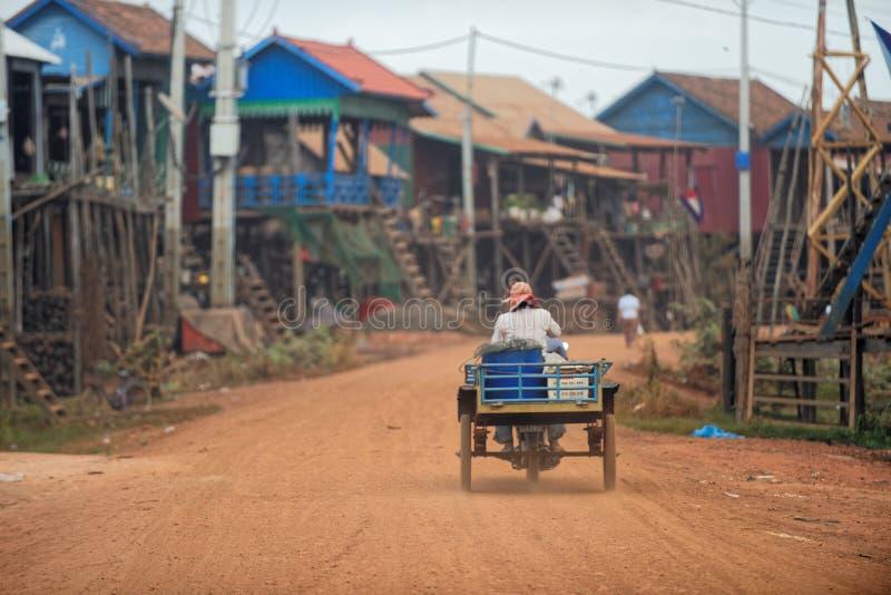 Χωρικός στο βρώμικο δρόμο του σφρίγους Tonle, Καμπότζη στοκ φωτογραφίες με δικαίωμα ελεύθερης χρήσης