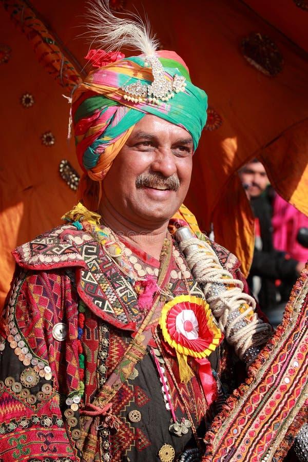 Χωρικός Rajasthani με το ζωηρόχρωμο παραδοσιακό φόρεμα στοκ φωτογραφίες