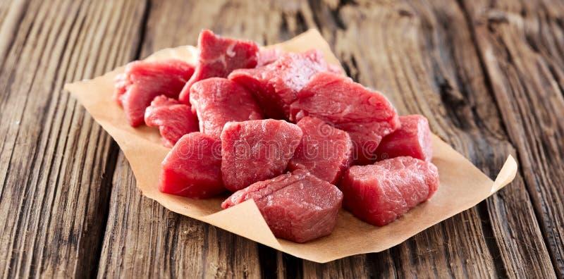 Χωρισμένο σε τετράγωνα ακατέργαστο φρέσκο κρέας για goulash ή stew στοκ φωτογραφία