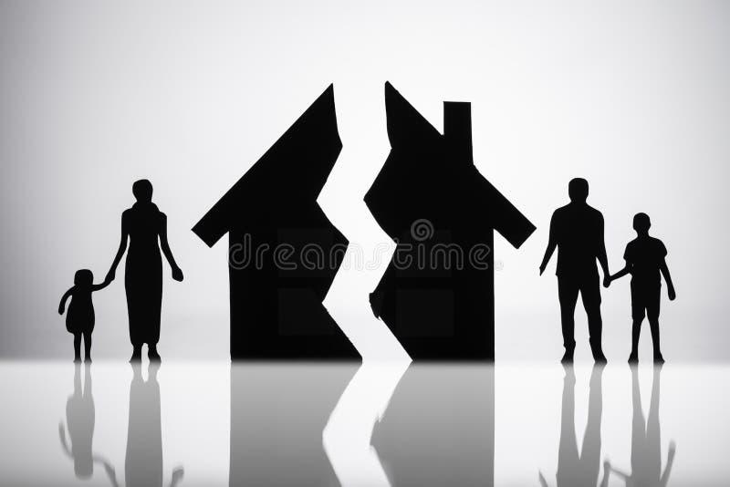 Χωρισμός της οικογένειας με το σπασμένο σπίτι στοκ φωτογραφίες με δικαίωμα ελεύθερης χρήσης