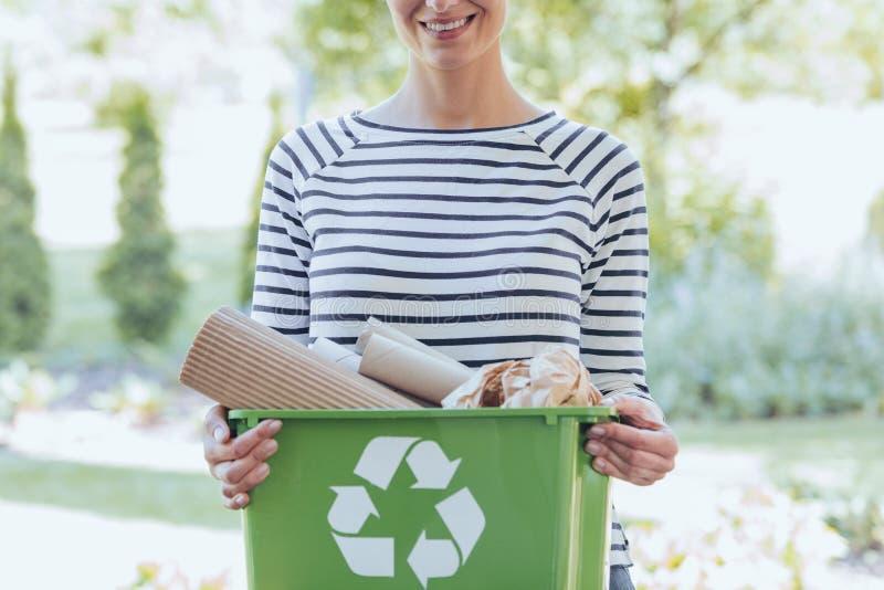 Χωρισμός των αποβλήτων για να σώσει τους πόρους στοκ εικόνες