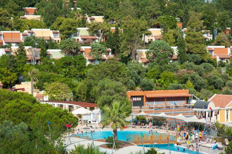 Χωριστά σπίτια διακοπών, θέρετρο, διακοπές στο εξωτερικό, πισίνα στοκ εικόνα με δικαίωμα ελεύθερης χρήσης