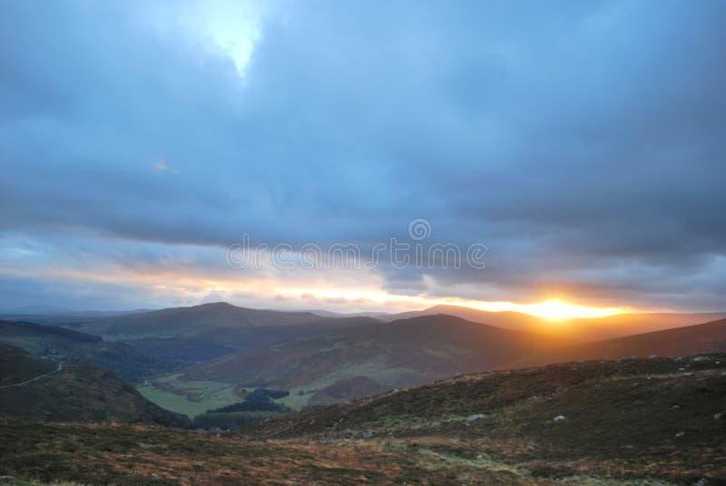 χωριό ηλιοβασιλέματος βουνών ορών στοκ εικόνα με δικαίωμα ελεύθερης χρήσης