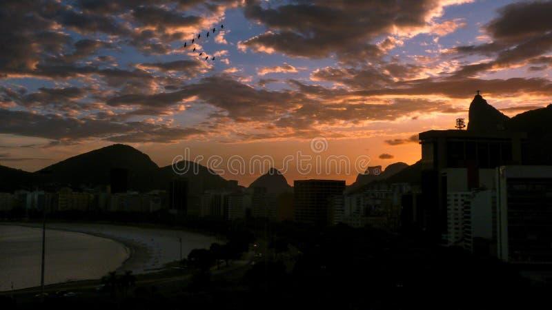 χωριό ηλιοβασιλέματος βουνών ορών στοκ φωτογραφία