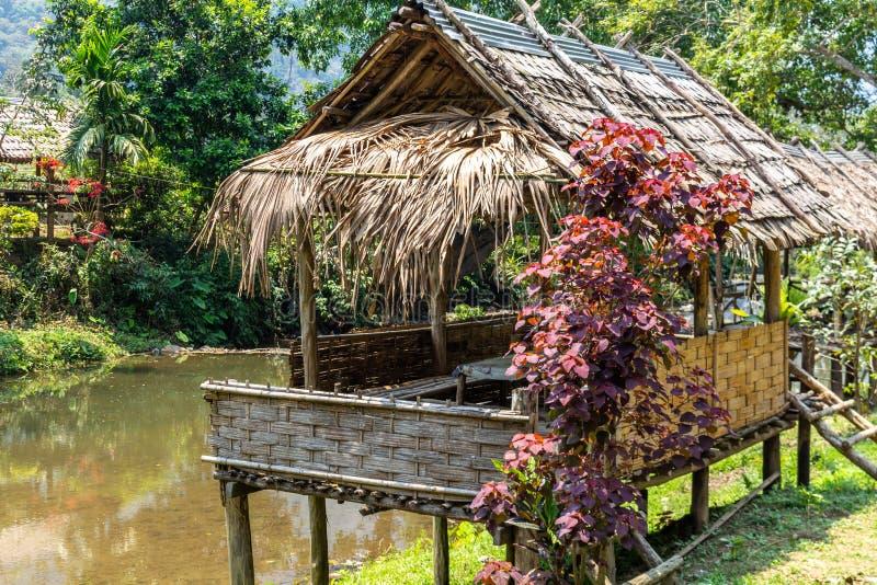 Χωριό Λάος ποταμών καλυβών μπαμπού στοκ φωτογραφία με δικαίωμα ελεύθερης χρήσης