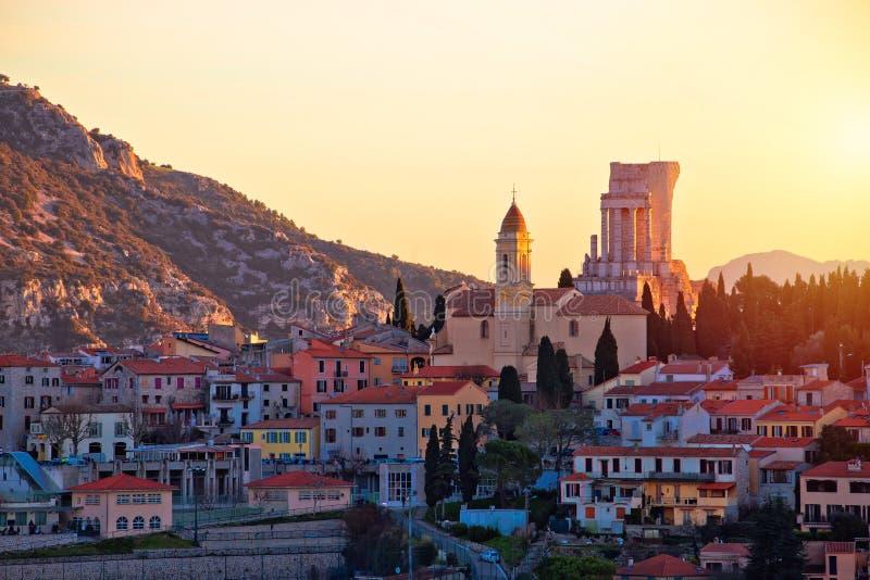 Χωριό Λα Turbie και τρόπαιο της ιστορικής άποψης ηλιοβασιλέματος ορόσημων Άλπεων στοκ εικόνα