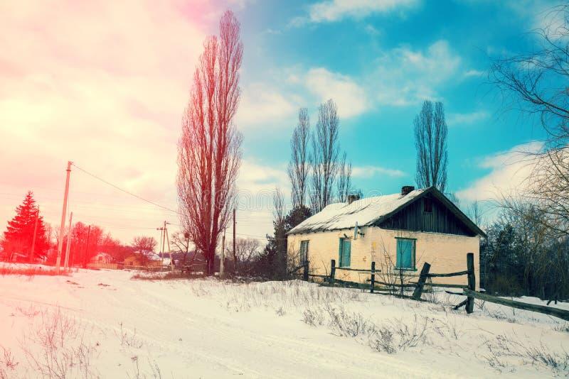 Χωριό με το παλαιό εγκαταλειμμένο σπίτι το χειμώνα στοκ φωτογραφία με δικαίωμα ελεύθερης χρήσης