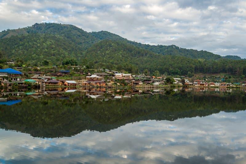 Χωριό νερού στην άκρη του ποταμού μπροστά από το βουνό στην επαρχία στοκ φωτογραφία