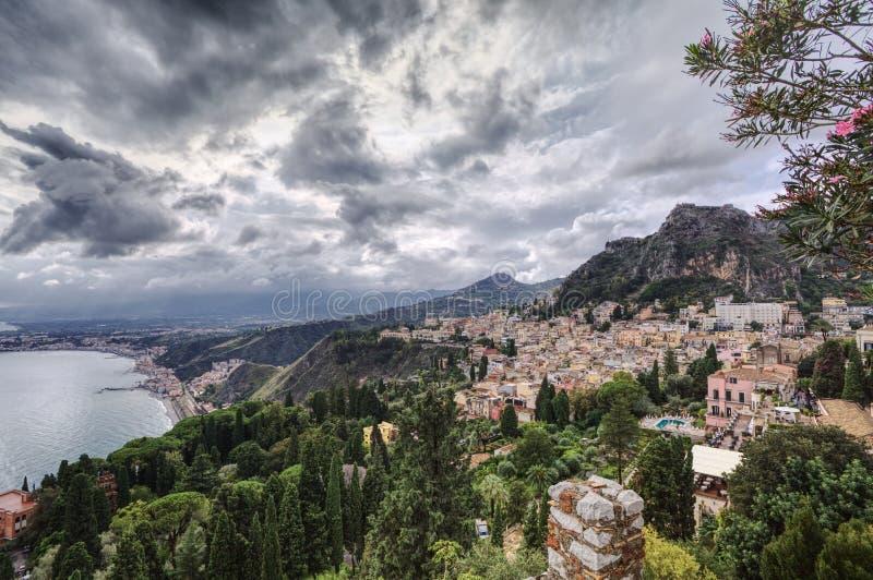 Χωριό παραλιών σε έναν λόφο στοκ φωτογραφία