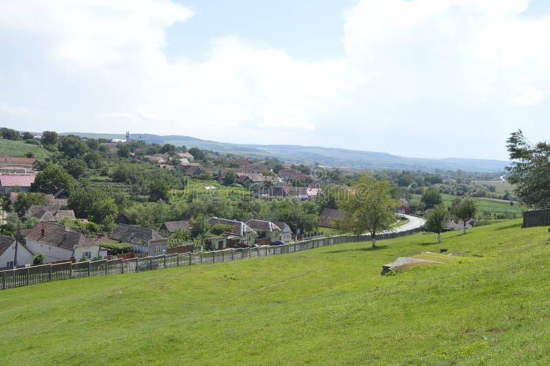 Χωριό που βλέπει από έναν λόφο στοκ εικόνες