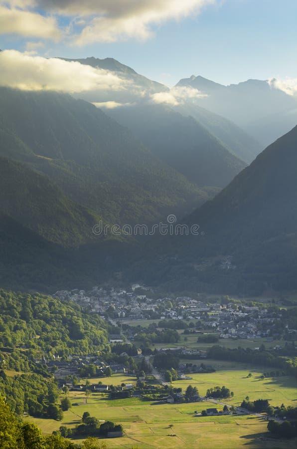 Χωριό σκι Αγίου Lary Soulan και βουνά στο καλοκαίρι, Γαλλία στοκ φωτογραφία