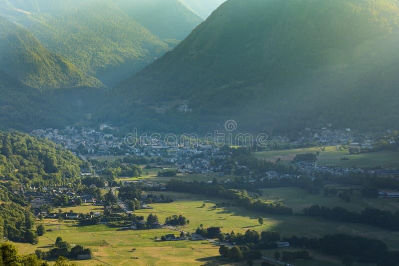 Χωριό σκι Αγίου Lary Soulan και βουνά στο καλοκαίρι, Γαλλία στοκ φωτογραφίες