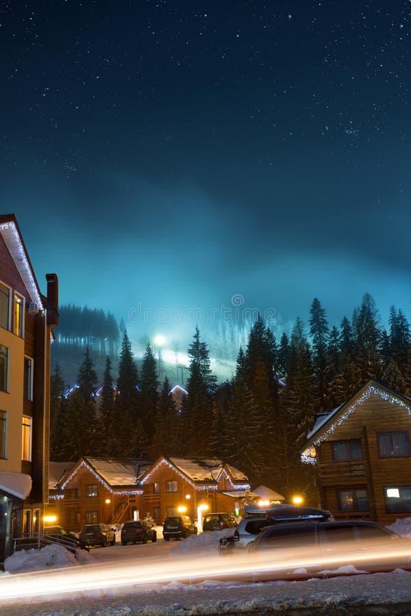 Χωριό σκι τη νύχτα στοκ φωτογραφία με δικαίωμα ελεύθερης χρήσης