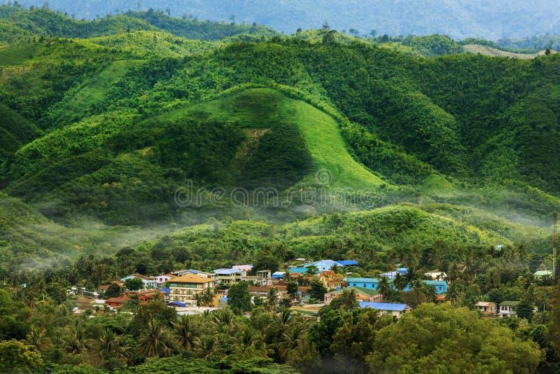 Χωριό στα βουνά κοιλάδων στο misty πρωί στοκ φωτογραφία