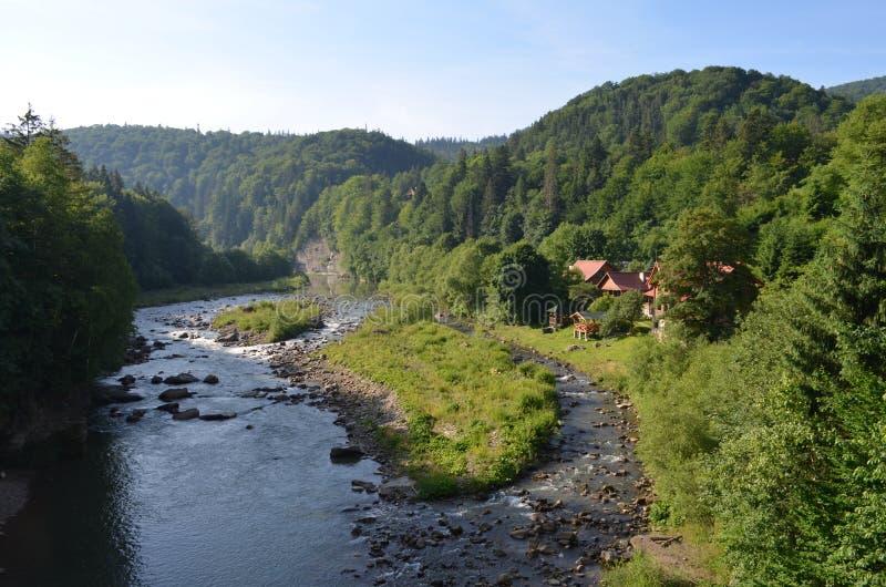 Χωριό στα Καρπάθια βουνά κοντά στον ποταμό στοκ εικόνα