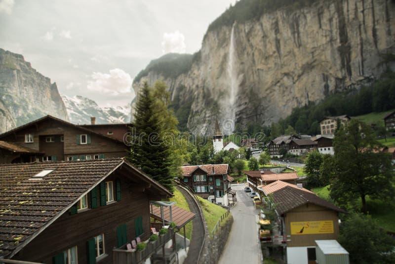 Χωριό στην κοιλάδα των ελβετικών Άλπεων στοκ φωτογραφία
