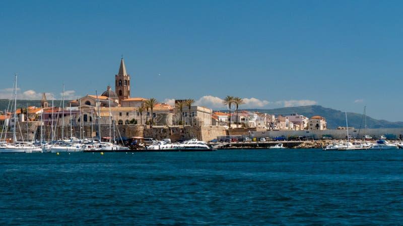 Χωριό στη Σαρδηνία Ιταλία λήφθείτε από τη θάλασσα στοκ εικόνα με δικαίωμα ελεύθερης χρήσης